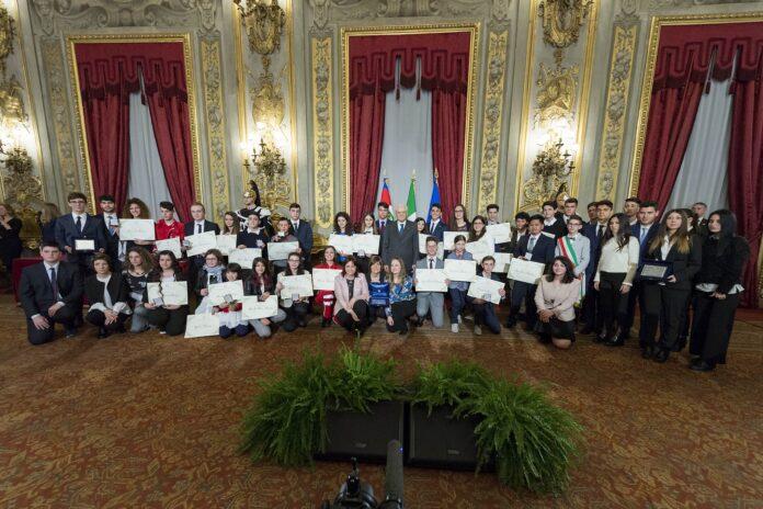 Il Presidente Mattarella e gli Alfieri premiati nell'edizione del 2018, prima della pandemia (foto Quirinale)