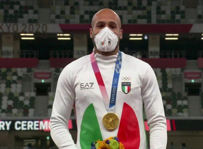 Marcell Jacobs sul podio olimpico (foto Agenzia Dire)